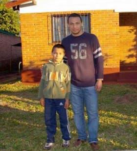 Ricky Rojas con su hijo en su casa de Puerto Rico, Misiones