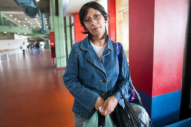 Bibiana espera su colectivo a Carpintería, San Luis