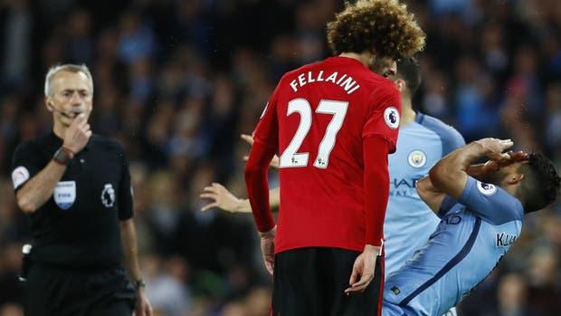 Fellaini ya le aplicó un cabezazo a Agüero, bajo la mirada del árbitro