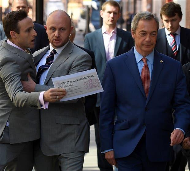 Un partidario de quedarse en la UE increpó ayer a Nigel Farage tras conocerse su renuncia