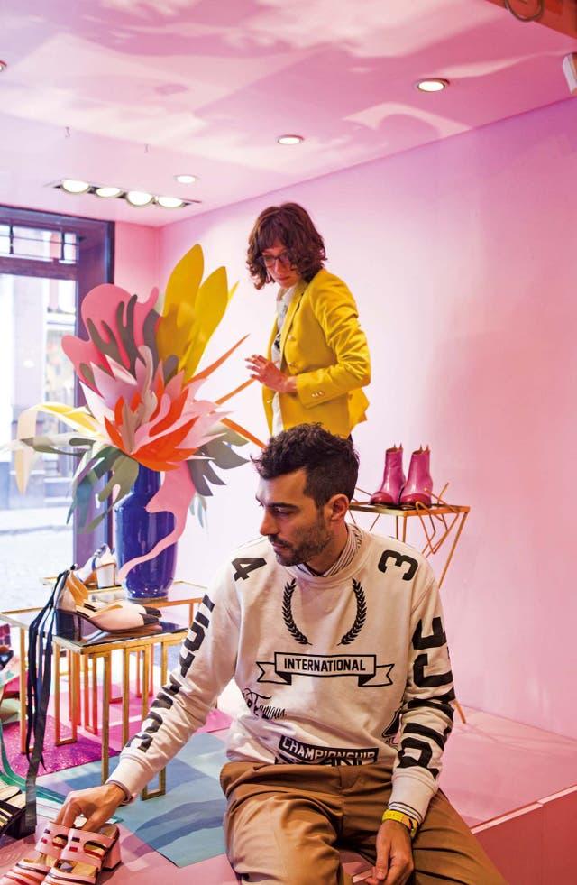 Con la diseñadora Jessica Kessel montando la vidriera de su tienda
