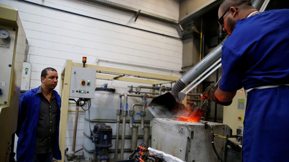 El metal fundido se vierte en los moldes hechos a mano. Foto: Reuters / Sergio Moraes