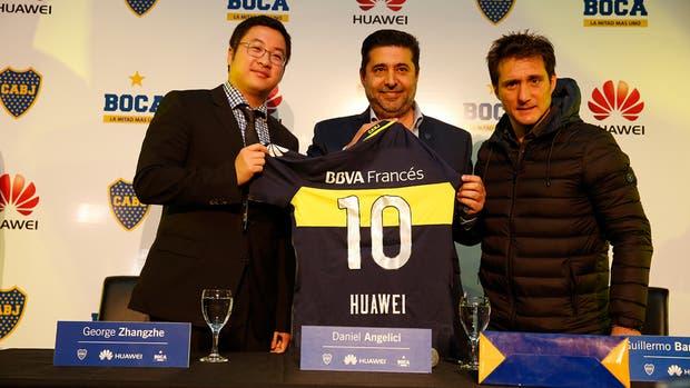 George Zhangzhe de Huawei, Daniel Angelici y Guillermo Barros Schelotto tras la firma del acuerdo entre la compañía china y el club