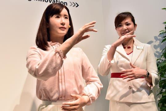Aiko Chihira es una ginoide capaz de expresarse a través de un lenguaje de señas y, de esta forma, asistir a visitantes hipoacúsicos. Foto: AFP