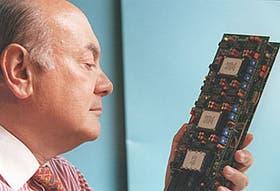El ingeniero Oscar Bonello, fundador de la empresa Soli1e, junto a una de las primeras placas con compresión de audio para PC del mundo, fabricada en nuestro país