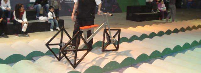 La bicicleta con ruedas cuadradas es una novedad divertida en el espacio de Matemáticas