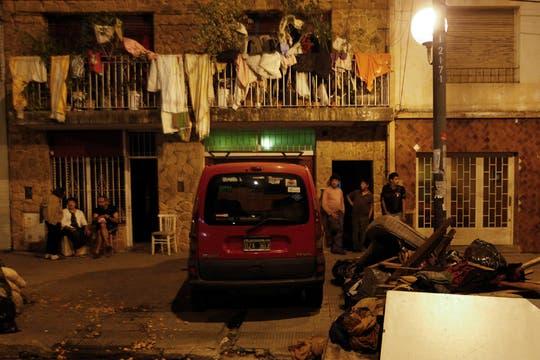 Sin luz en las casas los vecinos permanecen en las veredas. Foto: LA NACION / Rodrigo Néspolo