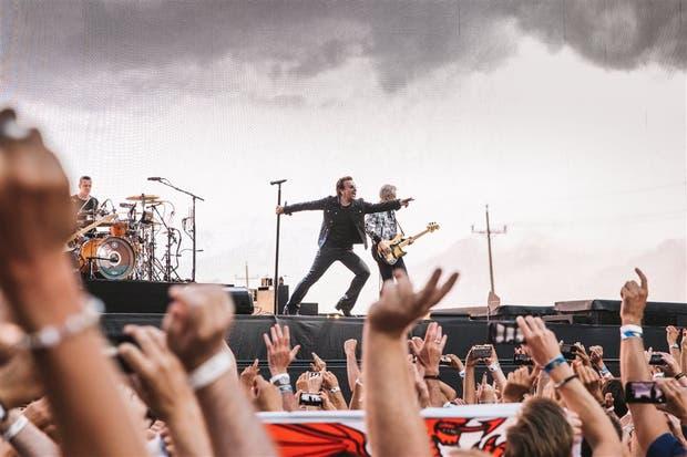 """El histrionismo de Bono tiene un serio competidor en la gigantesca pantalla de video que ocupa el ancho del escenario y proyecta imágenes en """"casi"""" 8K"""