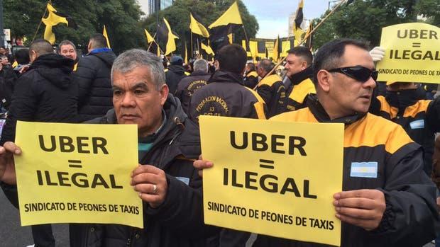 El centro porteño, cercado: la protesta de taxistas contra Uber provoca un caos en el tránsito de la ciudad