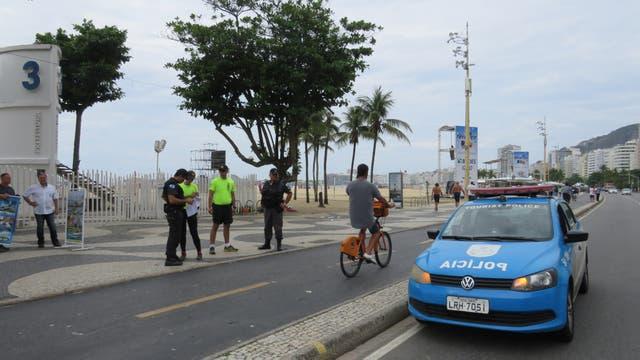 "Agentes de la Policía Militar patrullan el ""calçadão"" de Copacabana"