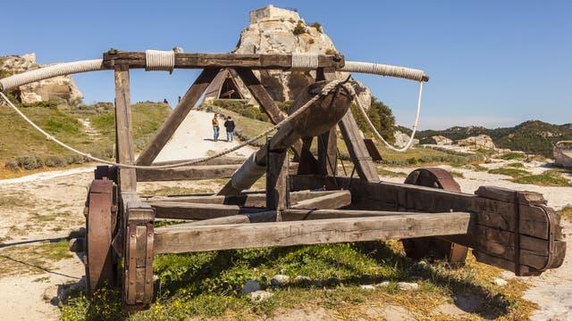 Una antigua catapulta en lo alto del castillo