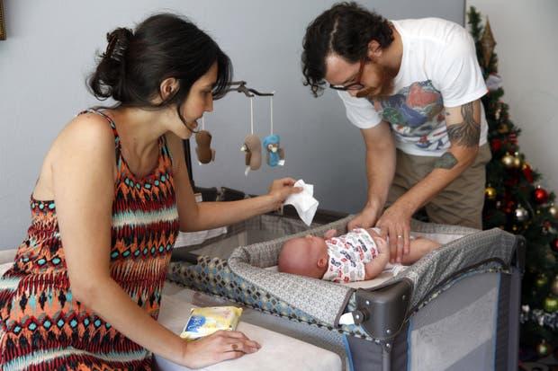 Fernanda y Scott se reparten la crianza de su bebe recién nacido