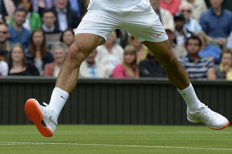 Wimbledon es muy estricto con las reglamentaciones de indumentaria de los jugadores, que deben vestir obligatoriamente de blanco. La última prohibición la sufrió nada menos que Roger Federer, al que le pidieron que no utilice más sus zapatillas de suela de color naranja.. Foto: AFP