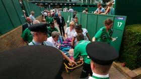 Mattek-Sands, asistida en la cancha y camino a la ambulancia