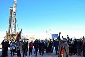 Integrantes de la comunidad mapuche Campo Maripe bloquea el acceso al campamento principal de Loma La Lata Norte