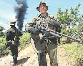 Fuerzas antinarcóticos montan guardia en Caucasia, Colombia, tras la destrucción de un laboratorio de cocaína