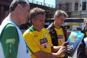 Stasys entrega a Sergio Rotman un presente de Lituania