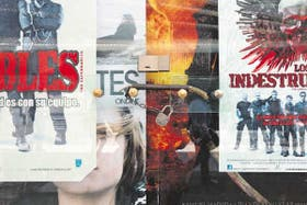 El frente del cine Atlas sorprendió a los cinéfilos con un cierre precipitado y en silencio, a fines de septiembre; todavía quedan los afiches de las últimas películ