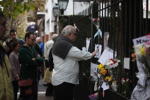 Admiradores dejaban mensajes en la puerta de la casa del escritor. Foto: LA NACION / Soledad Aznarez