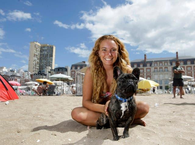 Romina con Tomás, su bulldog francés