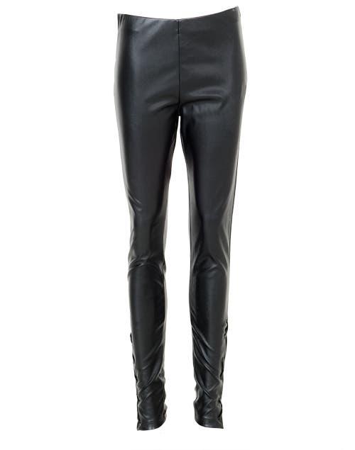 Pantalón de cuero ($ 648, María Cher).