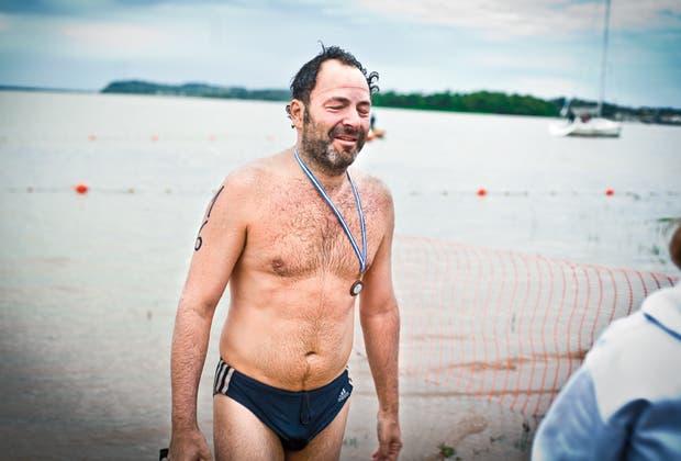 Jugó al básquet, al fútbol, practicó boxeo, y un día se tiró a una pileta y empezó a nadar. Alejandro Lipszyc y el canto silencioso de un hombre que se imagina a su abuelo mientras nada 21 kilómetros.