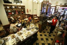 El Gato Negro, en Corrientes al 1600, es uno de los bares notables donde campea el hábito del café entre amigos