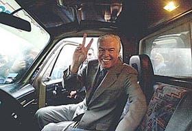 Un gesto victorioso del ex intendente, viejo aliado del ex presidente Carlos Menem