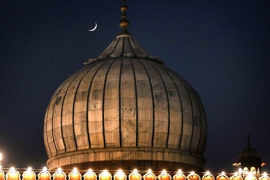 Vista de la luna sobre la cúpula de la mezquita Jama de Nueva Delhi, India. Foto: EFE