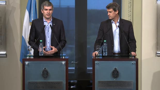 Marcos Peña y Alfonso Prat Gay en conferencia de prensa en la Rosada