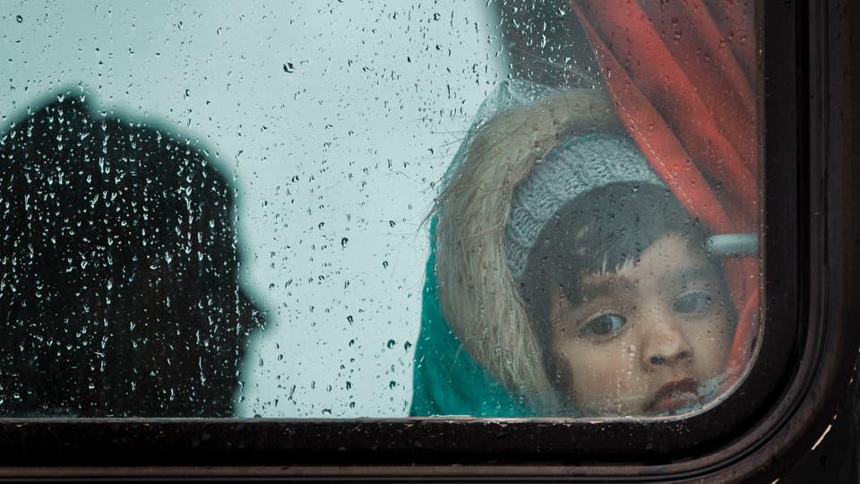 Tras el frustrado cruce del río, los migrantes fueron devueltos en ómnibus a Grecia. Foto: AP