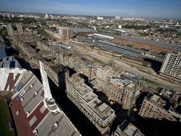 El predio donde se edifican las viviendas ocupa 28 hectáreas junto al estadio de Huracán, en una zona de perfil industrial