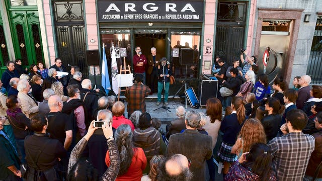 Por iniciativa del Grupo de Reporteros Gráficos del 81 y con el auspicio de la Legislatura porteña, fue descubierta una placa en la sede porteña de la Asociación de Reporteros Gráficos de la República Argentina