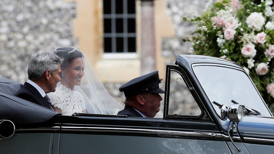 Pippa Middleton y su padre, Michael Middleton, caminaron del brazo. Foto: Reuters / Kirsty Wigglesworth