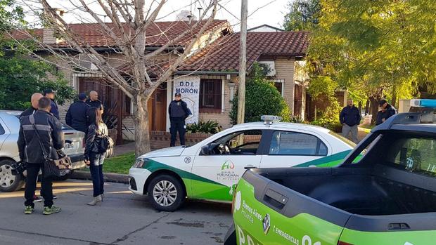 Policías de Morón frente a la casa de uno de los autores de las amenazas telefónicas a colegios de la zona