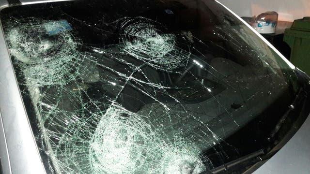 Los vidrios rotos por los pedazos de granizo de medio kilo