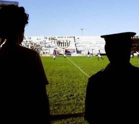 En la cancha de Estudiantes, en Caseros, anteayer Sportivo Italiano y Temperley jugaron en un escenario semivacío; la imagen se repite en la mayoría de los partidos de la B