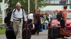 Miles de turistas caminan hacia Ezeiza por el corte de la autopista Riccheri
