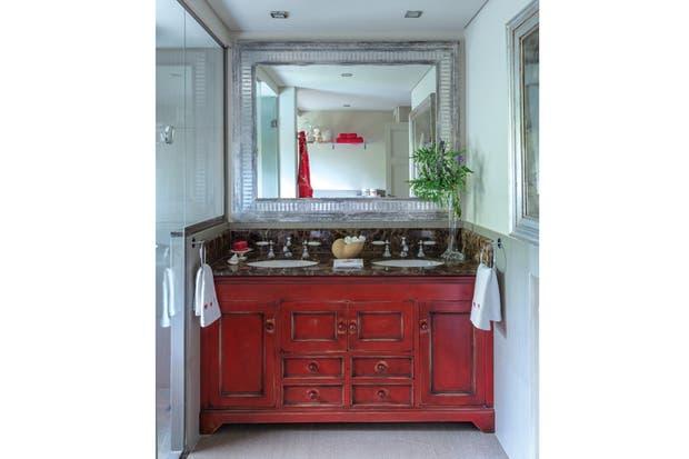 Mueble Baño Oriental:Para completar el rincón se colocó un gran espejo (María Burani