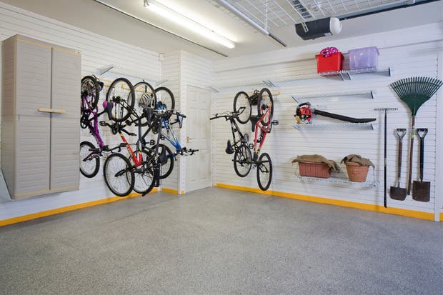 Los ganchos en las paredes son muy útiles. Foto: garagemakeouver.co.uk
