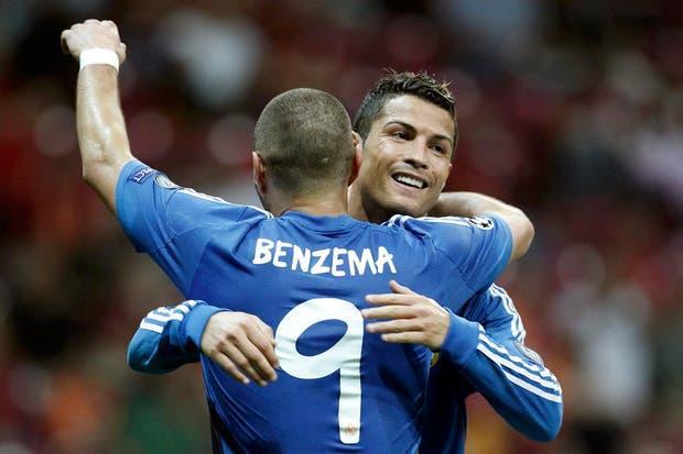 Cristiano abraza a Benzema; entre ellos marcaron 5 de los 6 goles de Real Madrid