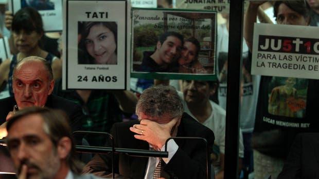 Con la cara tapada y a pocos metros de los familiares de las víctimas; así vivió la audiencia Sergio Cirigliano, que recibió la pena más dura: nueve años de prisión
