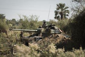 Soldados franceses haciendo guardia a bordo de un tanque en Markala, luego de la recuperación de las ciudades de Konna y Diabali