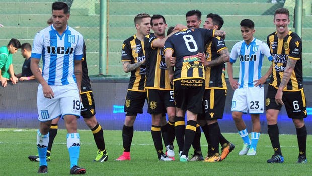 Los jugadores de Olimpo felicitan a Tomás Costa (Nº 8), que ingresó en el segundo tiempo e hizo un golazo; lo sufre Racing