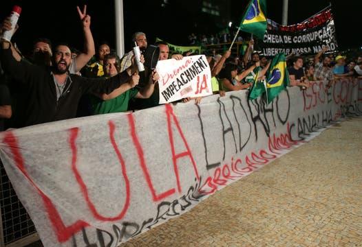 Los manifestantes acusan a Lula de ladrón y lo quieren fuera del gobierno. Foto: AP