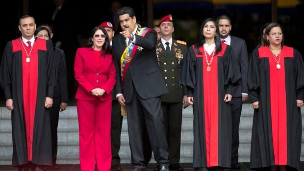 Foto de archivo del 15 de enero de 2017. Nicolás Maduro, habla con la primera dama Cilia Flores a su llegada a la Corte Suprema de Justicia, antes de entregar su declaración de estado en Caracas, Venezuela