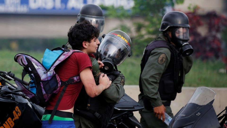 Un jóven es detenido por las milicias venezolanas. Foto: Reuters / Carlos Garcia Rawlins