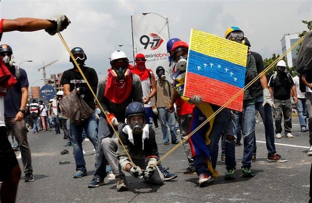 Manifestantes opositores lanzan una bomba de excremento