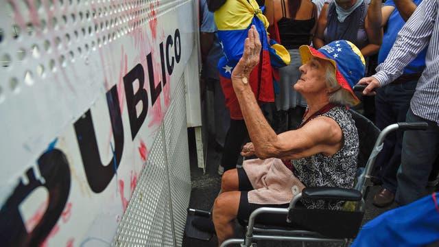 Una señora, enojada por los bloqueos de la Policía Nacional