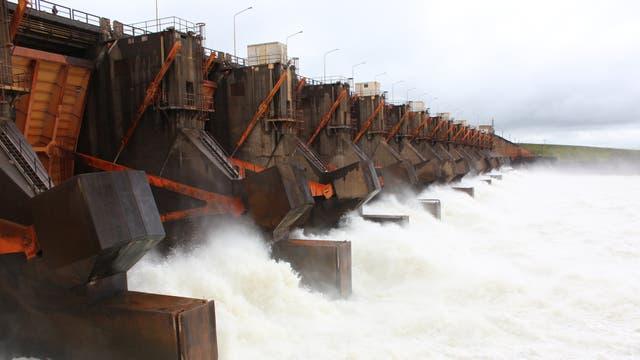 Las compuertas de la represa sobre el Paraná, que recibirán las nuevas turbinas